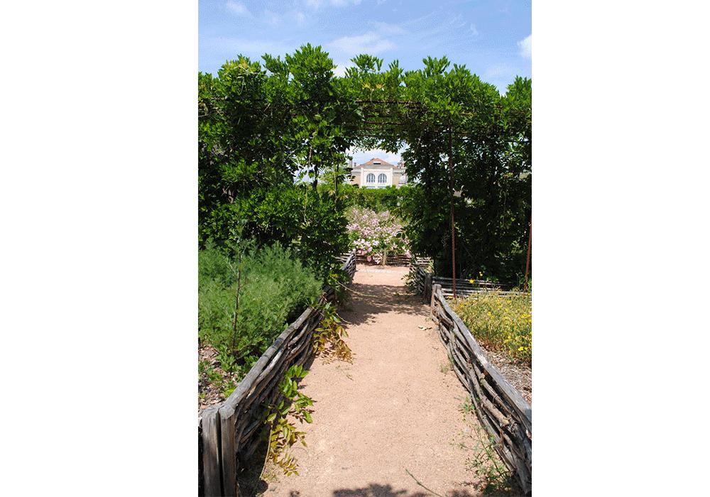 Vue sur la mairie et les jardins de cure ville de saint for Les jardins de la ville